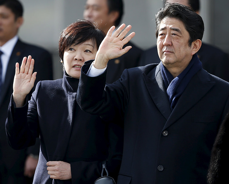 Japanese PM Shinzo Abe (R), his wife Akie wave as they see Emperor Akihito and Empress Michiko off at Tokyo's Haneda Airport, Jan 26, 2016 (Reuters)