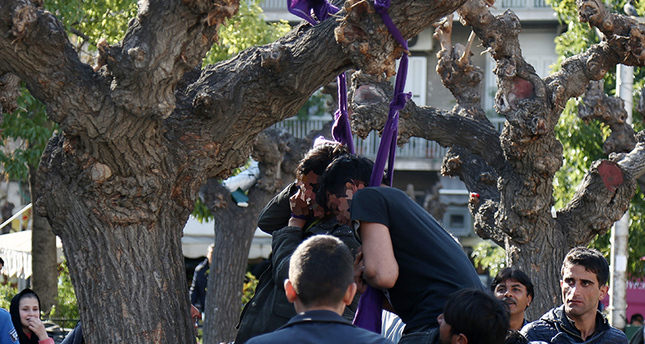 2 refugees hang themselves in central Athens to draw ...
