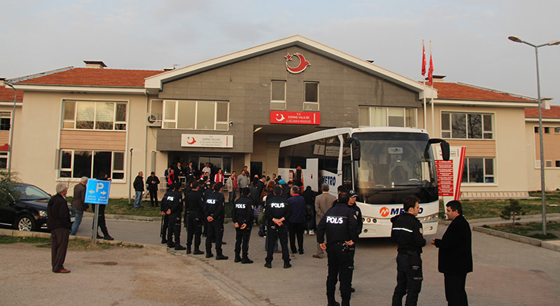 Refugees being transported to Edirne Provincial Immigration Directorate (DHA Photo)