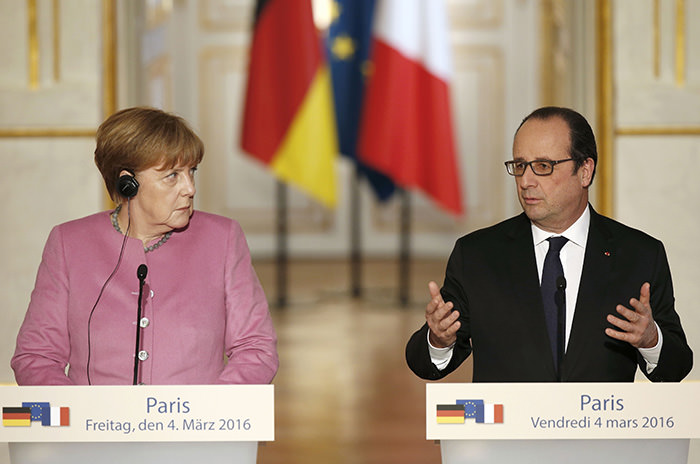French President Francois Hollande (R) and German Chancellor Angela Merkel attend a joint news conference at the Elysee Palace in Paris, France, March 4, 2016 (Reuters Photo)
