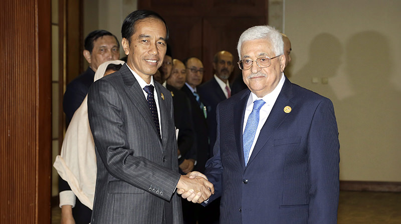 Palestinian President Mahmoud Abbas (R) is greeted by his Indonesian Counterpart Joko Widodo shortly before a bilateral meeting on the sideline of extraordinary summit of the Organization of Islamic Cooperation (OIC) (EPA Photo)