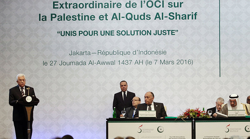 Palestinian president Mahmud Abbas (L) delivers a speech in Jakarta during the plenary session of the 5th Extraordinary Organization of Islamic Cooperation (OIC) Summit on the Palestinian territories on March 7, 2016. (AFP Photo)
