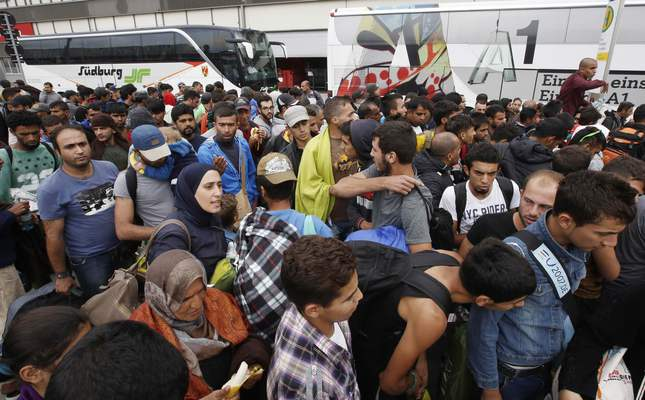 Refugees arrive at the western rail station in Vienna, Austria on September 5, 2015 by bus and train from Hungary, to continue their way to Germany. (AFP Photo)