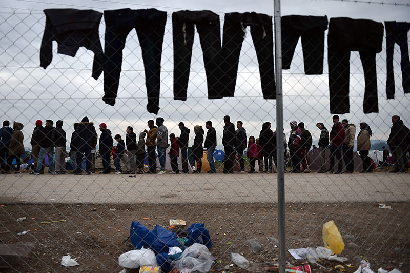 Refugees queue for food at an improvised refugee camp at the Greek-Macedonian border near Idomeni on February 28, 2016 (AFP Photo)