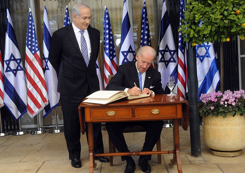 Israeli Prime Minister Benjamin Netanyahu (L) watches US Vice President Joe Biden signing the guestbook at his residence in Jerusalem, 09 March 2010 (EPA Photo)