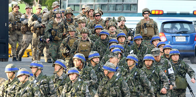 Marines from South Korea (front) and the US (top) move for a joint military drill by US and South Korea in the southeastern port of Pohang on March 7, 2016 (AFP Photo)