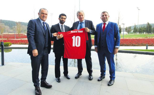 Deputy chairman of the Turkish Football Federation, Servet Yardımcı, gave Hassan al-Thawadi a jersey and the Qatari committee gave Yardımcı and Fatih Terim a chess set and other gifts of monuments in Qatar.