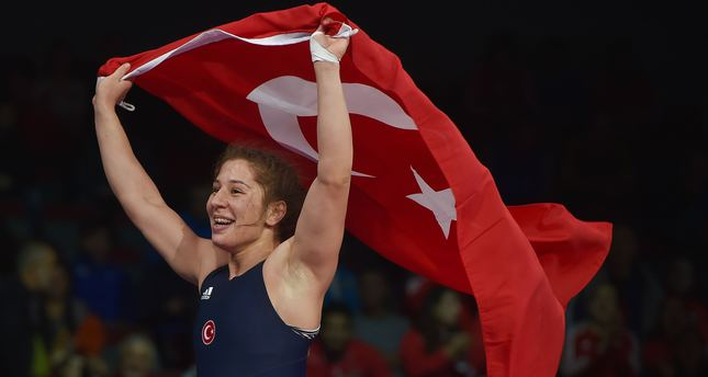 Yasemin Adar of Turkey celebrates with the Turkish flag winning the 75 kg category final match at the Wrestling European Championships in Riga, Latvia, on March 10, 2016. (AFP PHOTO)