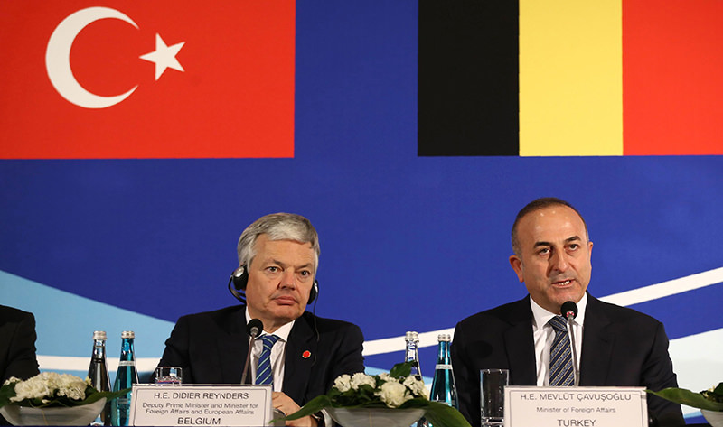 Belgian Foreign Minister Didier Reynders (L) and Turkish Foreign Minister Mevlu00fct u00c7avuu015foglu deliver a press conference after talks during a Foreign Affairs, Justice and Interior Ministers meeting in Ankara on March 9, 2016. (AFP Photo)