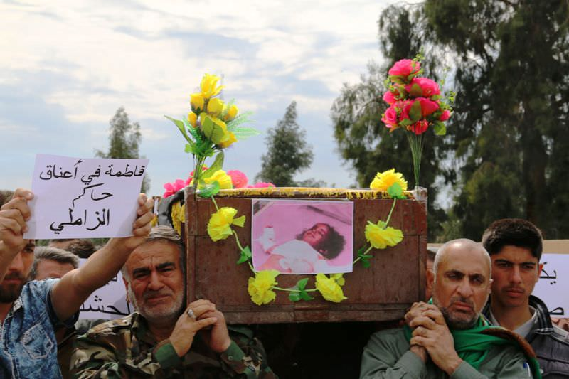 Iraqi Sameer Wais (R) carries the coffin of his three-year-old daughter, Fatima, who was killed following a chemical attack by Daesh. (AFP Photo)