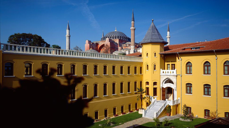 The building of the Four Seasons Sultanahmet Hotel, which was the very first branch of the Four Seasons, happens to have been established in an old prison that dates back to 1918. Today, it has become a luxury hotel.