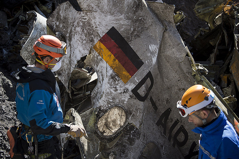 Gendarmes and rescuers from the Gendarmerie High-Mountain Rescue Group working at the crash site of the Germanwings Airbus A320 near Le Vernet, French Alps. (AFP Photo)