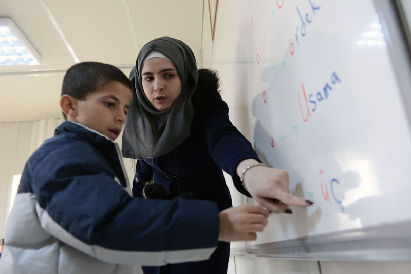 A Syrian teacher and her student at a refugee camp in the city of Malatya. (AA Photo)