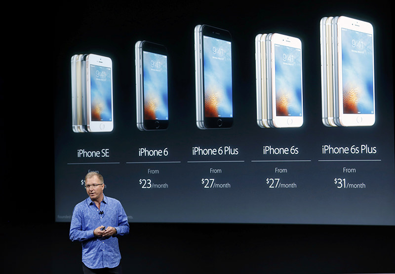 Apple Vice President Greg Joswiak introduces the iPhone SE during an event at the Apple headquarters in Cupertino, California March 21, 2016. (REUTERS Photo)
