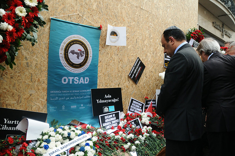 Israeli Consul General Cohen pays respects to the victims killed in the attack. (Photo: Sabah / Mustafa Kaya)
