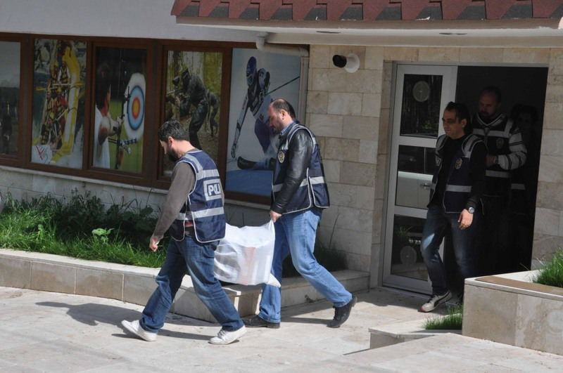 Police officers carry evidence from the offices of an organization allegedly linked to the  FETu00d6 in the western city of Denizli on Tuesday. A new police task force will handle cases related to Gu00fclenist wrongdoings.