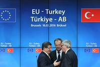President of the European Council, Donald Tusk (C), Turkish Prime Minister Ahmet Davutoglu (L) and President of the European Commission, Jean-Claude Juncker (R) pose following a joint press conference. (AA Photo)