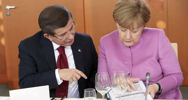 PM Davutoğlu, Merkel speak before a lunch during German-Turkish government consultations at the Chancellery in Berlin, Germany, Jan 22, 2016 (Reuters)