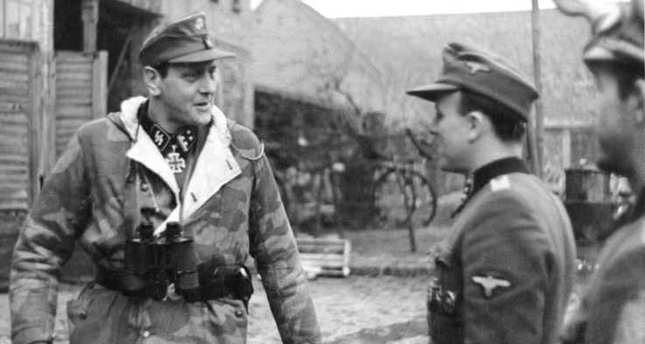 Skorzeny in Pomerania visiting the 500th SS Parachute Battalion, February 1945. (Photo: Wikipedia)