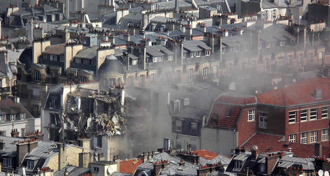 Smoke erupts from an appartment building following an explosion that occured in rue de Berite on April 1, 2016 in Paris (AFP Photo)
