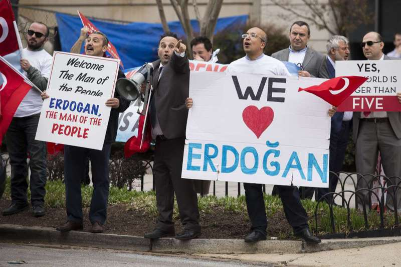 Supporters of President Erdou011fan rally outside the Brookings Institution in Washington. (AFP Photo)