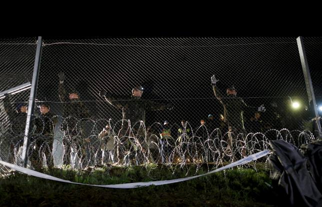 Hungarian soldiers close a border with Croatia near the village of Botovo, Croatia in this October 17, 2015 file photo. (REUTERS Photo)