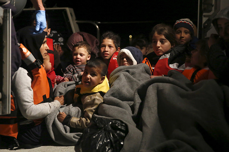 Refugee children are seen onboard a Greek Coast Guard vessel, carrying other refugees and migrants, as it arrives at the port of Mytilene. (REUTERS Photo)