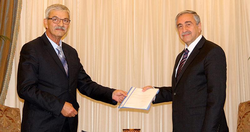 Turkish Cypriot Prime Minister u00d6mer Kalyoncu (L) with President Mustafa Aku0131ncu0131 (R) (AA Photo)