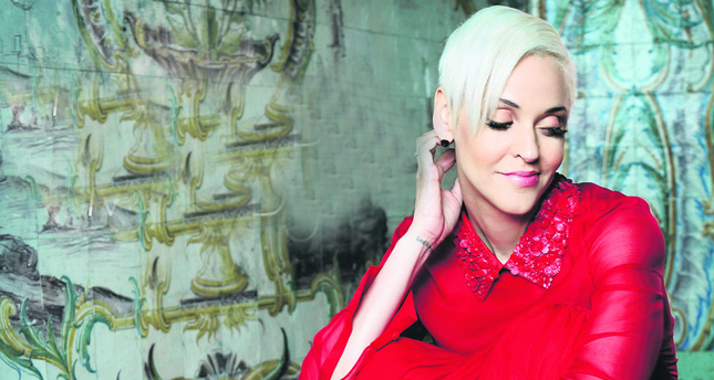 As Mariza introduced fado music to the world and sold more than a million copies of her album, she became one of the most recognized fado artists of the world.