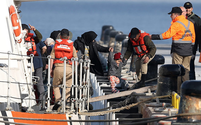 Migrants arrive in the Dikili harbor after they were caught by Turkish Coast Guard off the coast near Izmir, Turkey April 06, 2016. EPA Photo
