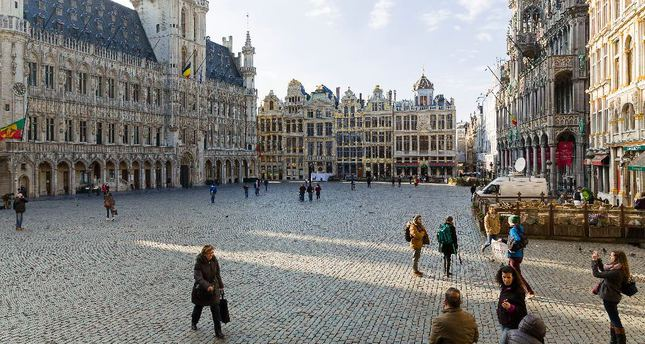 Tourists visit the almost empty Grand Place in Brussels on March 22, 2016, the day of the attacks on Brussels airport and a city metro station. (AFP Photo)