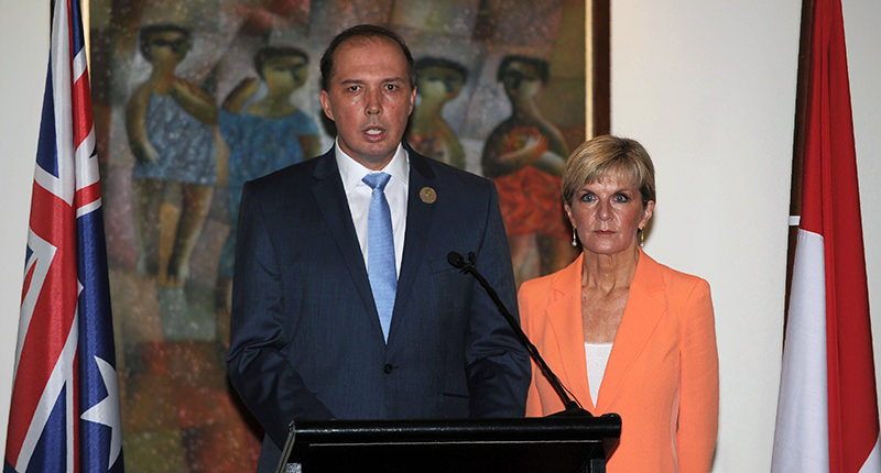 Australian Immigration Minister Peter Dutton (L) and Australian Foreign Minister Julie Bishop address journalists during a press conference in Nusa Dua, Bali on March 23, 2016 (AFP Photo)