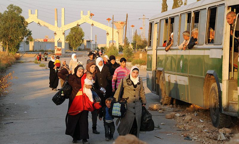 Syrian women and children arriving to be evacuated by Syria's Red Crescent from a Damascus suburb that has been under siege by the Assad forces for months (AFP Photo)