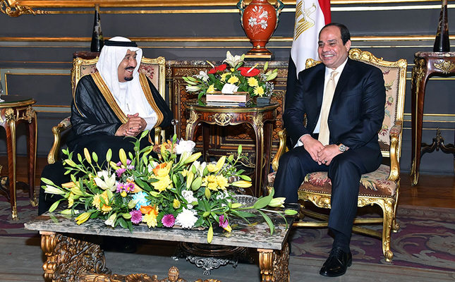 A handout picture released by the Egyptian Presidency on April 9, 2016 shows Egyptian President Abdel Fattah al-Sissi (R) meeting with Saudi King Salman bin Abdulaziz at the Abdeen Palace in the capital Cairo. (AFP Photo)
