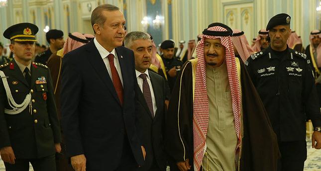 King Salman welcomes President Erdoğan in Riyadh's Yamamah Palace during an official visit to Saudi Arabia in December 2015. (AA Photo)