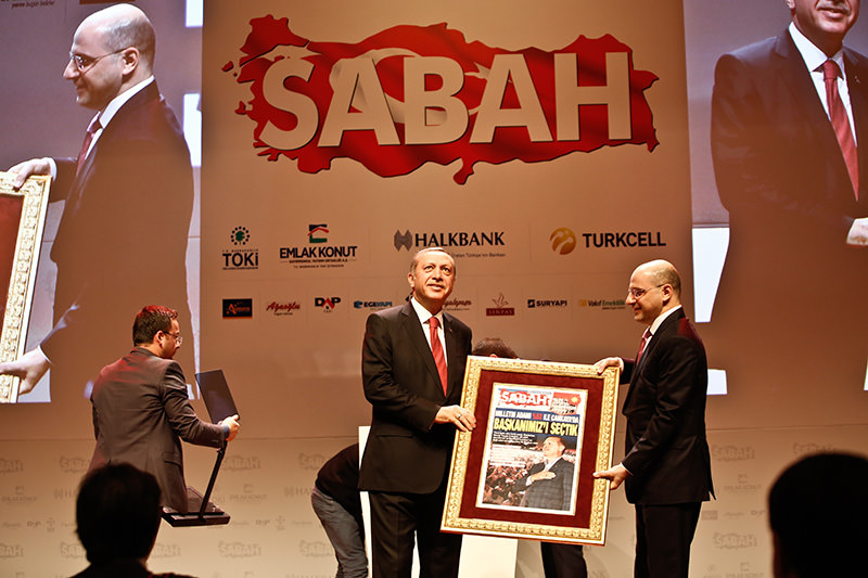 Turkuvaz Media Group Acting Chairman Serhat Albayrak (R) presents Erdoğan a framed copy of Sabah daily published on the next day of Aug. 10, 2014 presidential elections. (Photo: Murat Şengül)