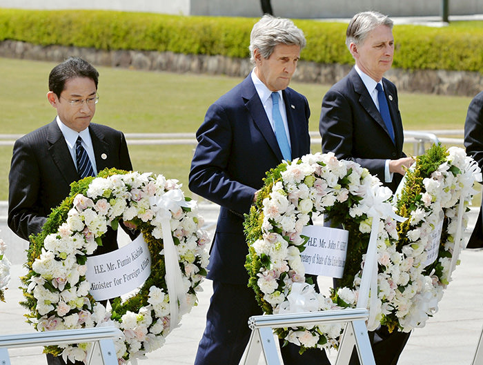 U.S. Secretary of State John Kerry (2nd L) prepares to lay a wreath at the cenotaph with Japan's Foreign Minister Fumio Kishida (L), Britain's Foreign Minister Philip Hammond (Reuters Photo)