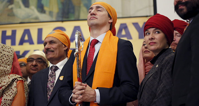 Canada's Prime Minister Justin Trudeau (C) holds a ceremonial sword that was presented to him while taking part in a Vaisakhi celebration on Parliament Hill in Ottawa, Canada, April 11, 2016 (Reuters Photo)