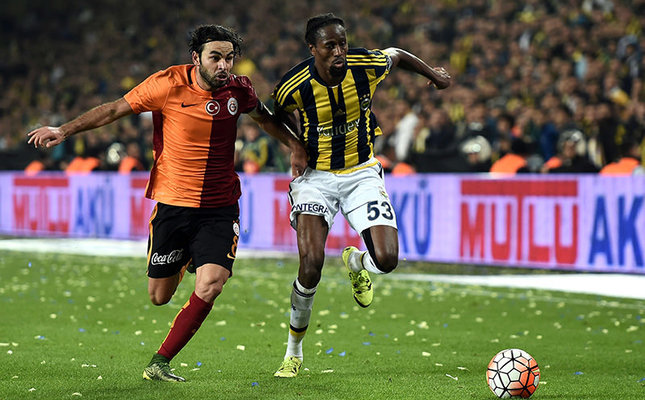 Galatasaray's Turkish midfielder Selcuk Inan (L) vies for ball with Fenerbahce's Senegalese defender Abdoulaye Ba (R) during the Turkish Süper Lig match at the Fenerbahçe Şükrü Saraçoğlu stadium in Istanbul on October 25, 2015. (AFP Photo)