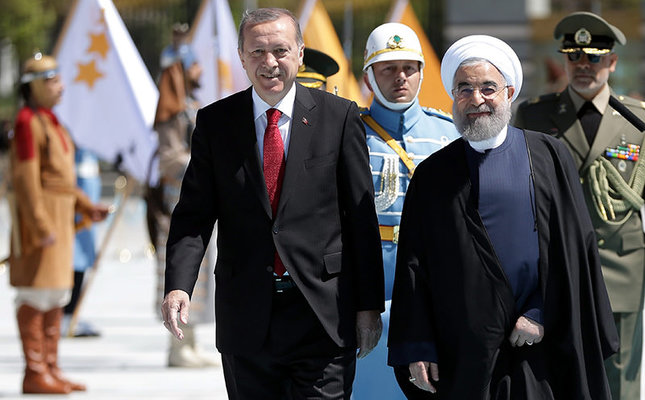 A handout picture provided by the Turkish President Press Office shows the President Recep Tayyip Erdoğan (L) welcoming the Iranian President Hassan Rouhani (R) at the Presidential Palace in Ankara, Turkey, April 16, 2016. (EPA Photo)