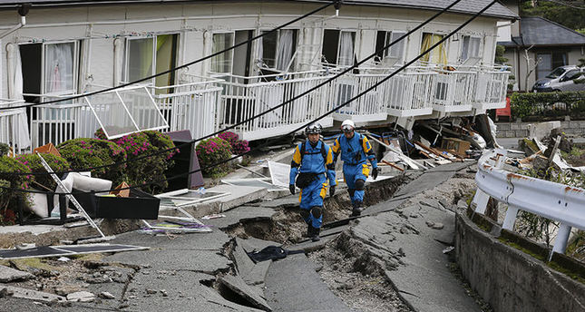 Police rescue workers are searching missing people in Minamiaso, Kumamoto Prefecture, southwestern Japan, 17 April 2016 (EPA)