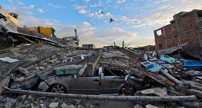 Picture showing the destruction in Manta, Ecuador, on April 17, 2016 a day after a powerful 7.8-magnitude quake hit the country. (AFP Photo)