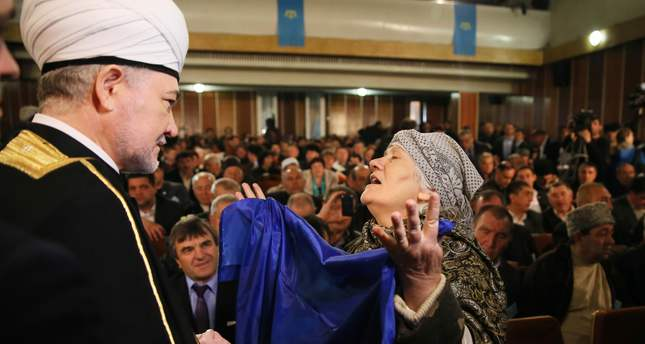 Mufti sheikh Ravil Gaynutdin (L) speaks with a Crimean Tatar woman during the extraordinary session of the Kurultai (national Congress) of the Tatar people, Crimea, Ukraine, 29 March 2014. (EPA Photo)