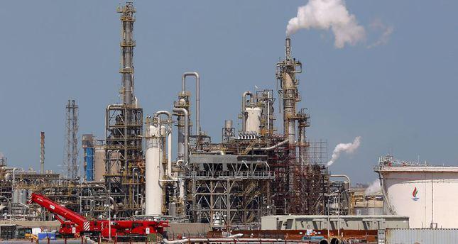 Kuwait strike halves daily oil production