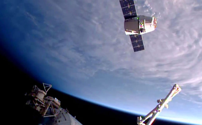 This NASA TV image shows SpaceX's unmanned Dragon cargo as it arrives at the International Space Station on April 10, 2016 (AFP Photo)