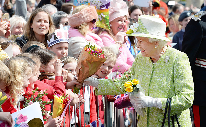 Britain's Queen Elizabeth II greets wellwishers during a 'walkabout' on her 90th birthday in Windsor, west of London, on April 21, 2016. (AFP Photo)