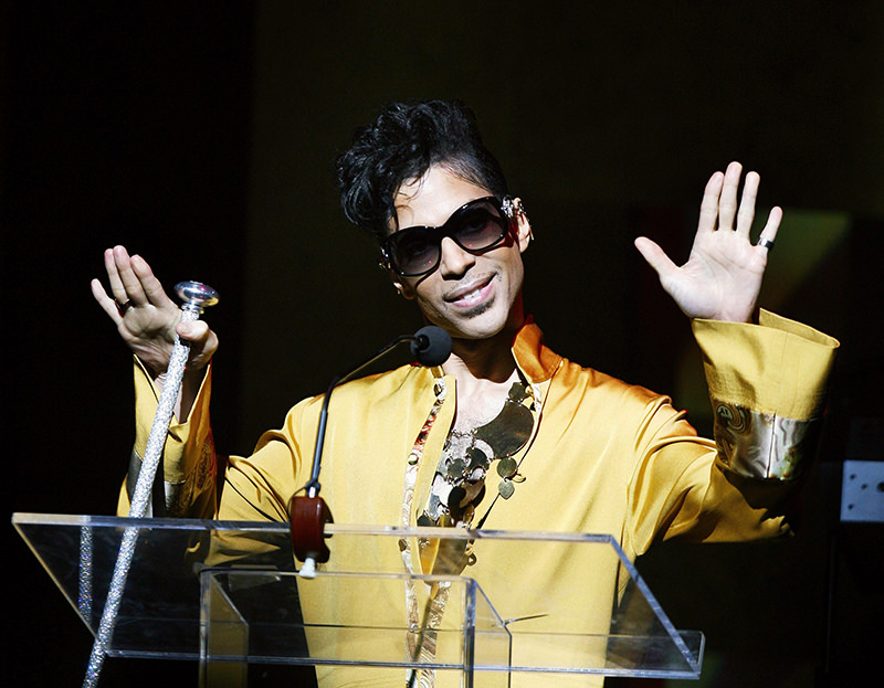 Musician Prince gestures on stage during the Apollo Theatre's 75th anniversary gala in New York, June 8, 2009. (REUTERS Photo)