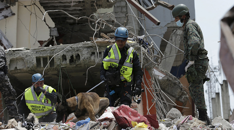 Mexico's Federal police officers and a Ecuadorean soldier search for victims amidst debris of collapsed buildings in Manta, after an earthquake struck off Ecuador's Pacific coast, April 21, 2016 (Reuters Photo)