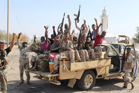 Forces loyal to the Saudi-backed Yemeni president flash their arms as they take part in an operation to drive Al-Qaeda fighters out of the capital,on April 23, 2016. (AFP Photo)