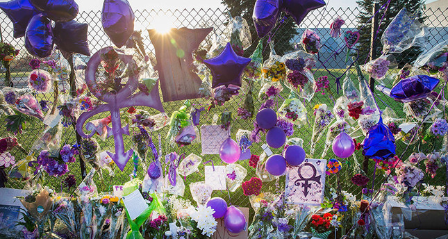 Mementos left by fans are attached to the fence which surrounds Paisley Park, the home and studio of Prince, on April 23, 2016. (AFP Photo)